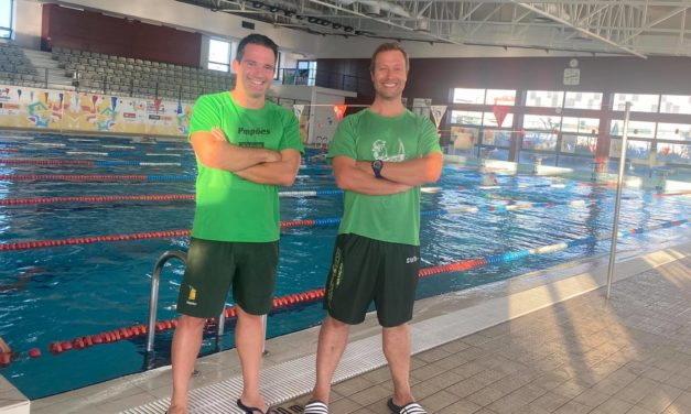 Pimpões com dois treinadores de grau III em natação